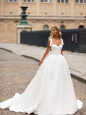 Raskošna vjenčanica u obliku krinoline od prekrasnog satena u više slojeva i širokim bretelama koje se na ramenima vežu u mašnu.