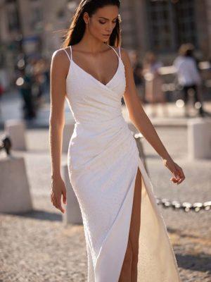 Jednostavna vjenčanica s ručno rađenim detaljima, dubokim prorezom od bedara duž nogu i dubokim dekolteom.