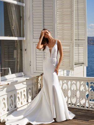 Elegantna vjenčanica sirena kroja bez rukava u bijeloj boji.