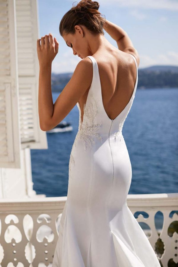 Elegantna vjenčanica sirena kroja bez rukava s otvorenim leđima u bijeloj boji.