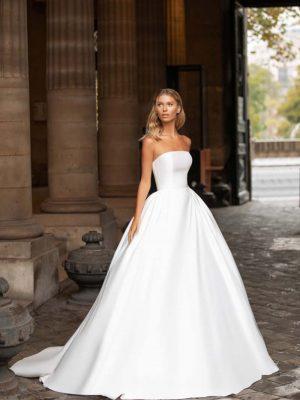 Jednostavna, a opet raskošna vjenčanica s lijepo definiranim strukom i otvorenim ramenima.