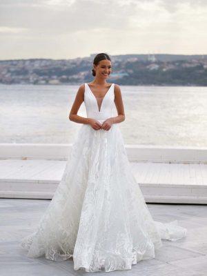 Vjenčanica A kroja s bogatom suknjom, bez rukava s elegantno vezanim korzetom na leđima.