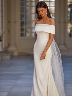 Vjenčanica otvorenih leđa, s rukavima koji padaju duž ramena i prozirnim detaljem od tila na leđima.