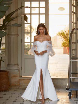 Vjenčanica sirena kroja sa srcoliki dekolteom i padajućim dugim prozirnim puf rukavima od čipke.
