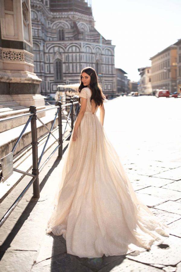 Vjenčanica s kratkim rukavima i dubokim V-izrezom na dekolteu i leđima.